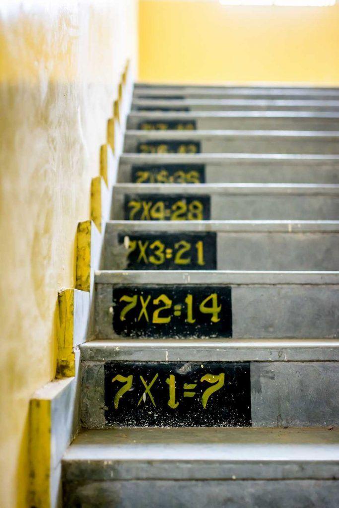 Tablas de multiplicación en la escalera por Gayatri Malhotra Unsplash. Academia de Bachillerato Virtual.