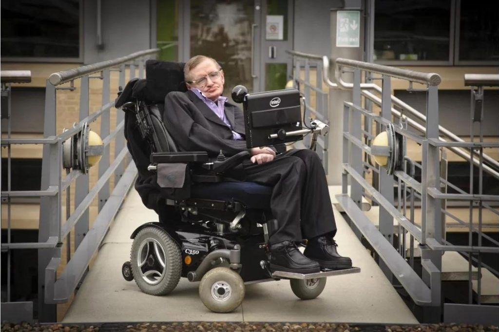 Stephen Hawking, físico teórico británico, divulgador científico, autor de varios libros, especialista en el Big Bang y agujeros negros.